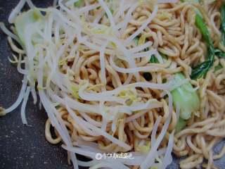 酱油炒面,加入一把绿豆芽大火翻炒