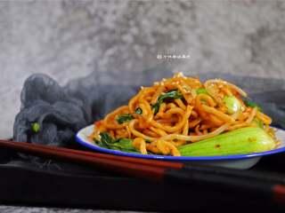 酱油炒面,炒面的时候用筷子来翻炒要比用铲子更方便些