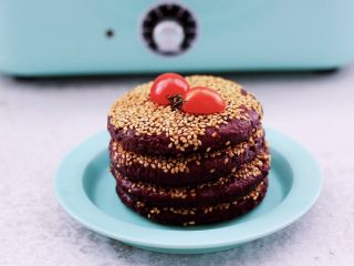 紫薯酸奶果仁芝麻饼,啦啦啦,香酥可口又好吃的紫薯酸奶果仁芝麻饼出锅咯。
