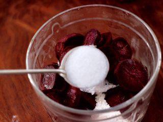 紫薯酸奶果仁芝麻饼,最后放入白糖,喜欢吃甜的可以多加一点糖。
