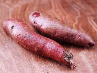 紫薯酸奶果仁芝麻饼,首先把紫薯清洗干净。