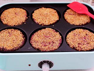 紫薯酸奶果仁芝麻饼,看见紫薯饼上的白芝麻变成黄色就可以了。