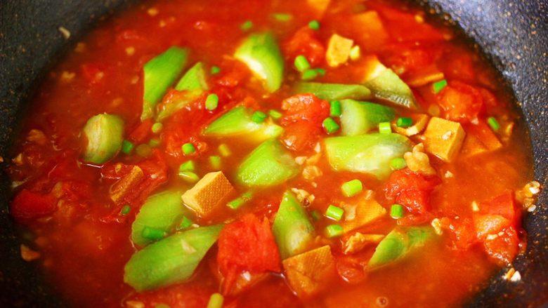 番茄香干烩丝瓜,撒上剩下的蒜苔小丁。