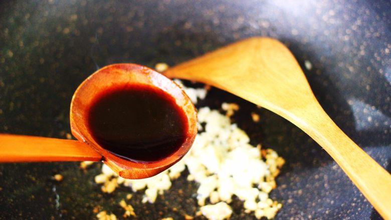 番茄香干烩丝瓜,这个时候加入卤肉汤。
