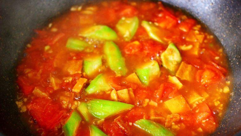 番茄香干烩丝瓜,煮沸后小火慢慢炖至汤汁浓稠的时候。