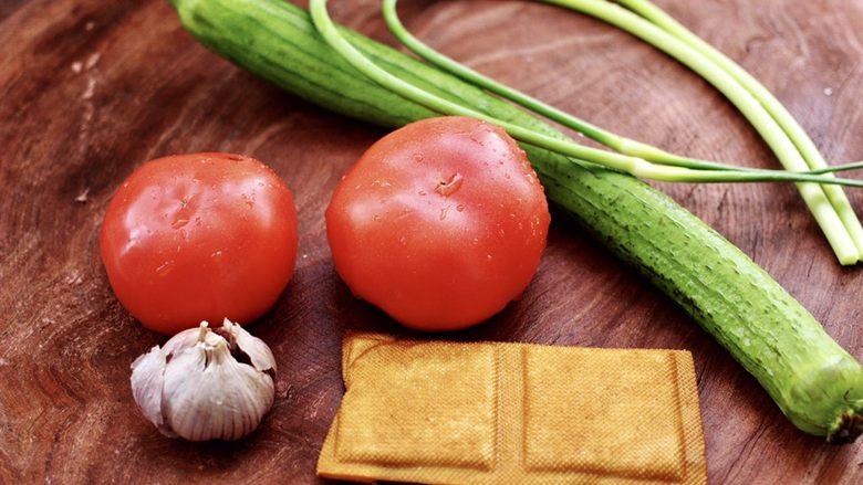 番茄香干烩丝瓜,首先备齐所有的食材。