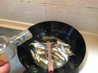 海鲜蛏子面,加入一勺料酒。