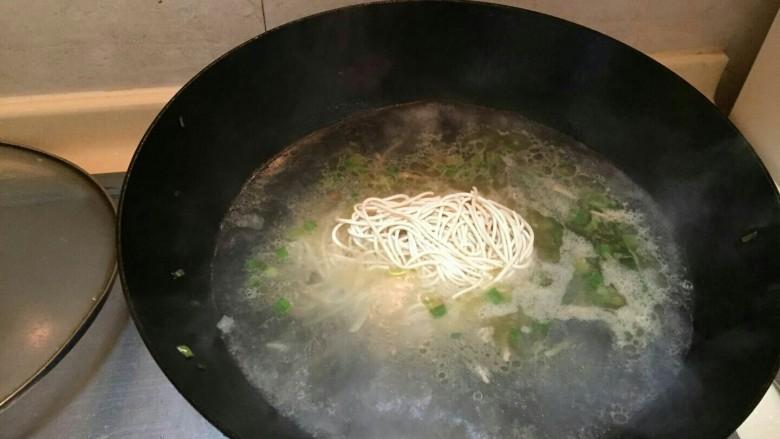 海鲜蛏子面,啊,蛏子煮出来的水,当烧面汤的水。