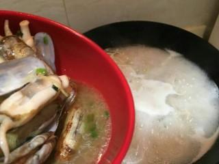 海鲜蛏子面,加入刚刚炒好的蛏子
