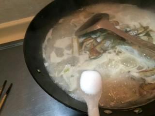 海鲜蛏子面, 加入一勺盐,提味。