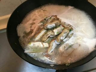 海鲜蛏子面, 倒入面中,大火再煮一分钟。