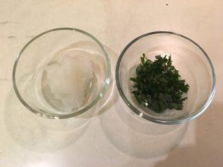 梅子蒸沙丁鱼,蒸煮时将萝卜磨泥、紫苏叶切碎