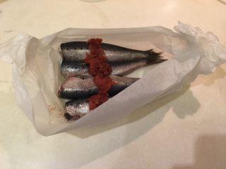 梅子蒸沙丁鱼,将烘培纸两端捏紧,做成半球状的碗