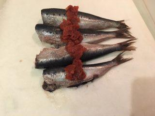 梅子蒸沙丁鱼,将沙丁鱼排上去,梅子肉也放上