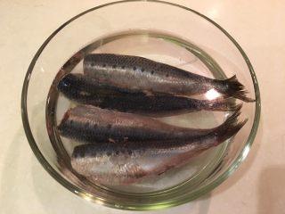 梅子蒸沙丁鱼,将洗净的沙丁鱼放入,静置10分钟