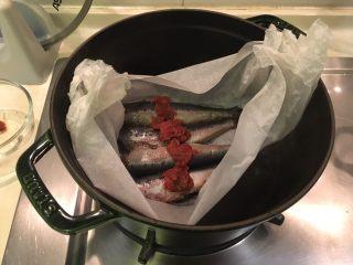 梅子蒸沙丁鱼,把装有沙丁鱼的烘培纸碗放进去