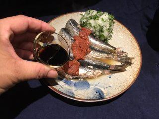 梅子蒸沙丁鱼,淋上酱油,摆上萝卜紫苏!完成!