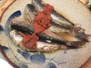 梅子蒸沙丁鱼,小心的将沙丁鱼移到盘里