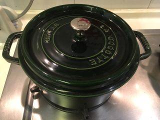 盐麴猪肉,盖上锅盖,小火煎10~15分钟,约8分熟,熄火,焖放15分钟冷却
