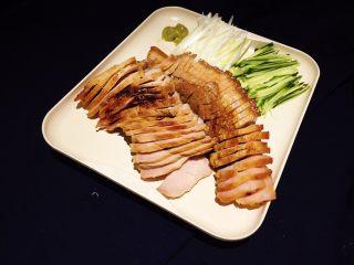 盐麴猪肉,摆盘后别忘了挤上一点日式芥末!搭配着吃,超级完美。