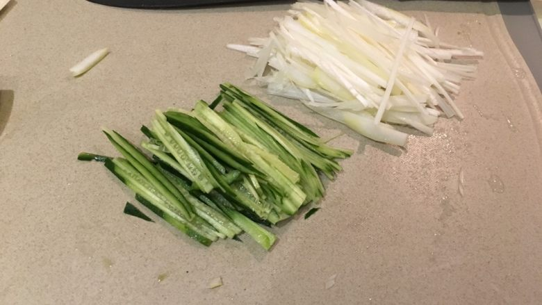 盐麴猪肉,小黄瓜、葱白,切细丝