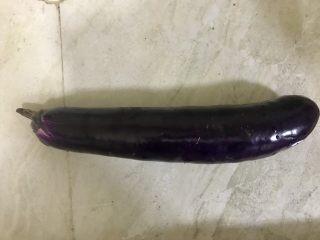 红烧茄子肉末拌面,茄子🍆切成块状或条状,放置一旁备用
