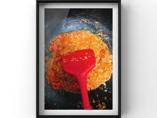 番茄肉酱蝴蝶面,加入适量温水没过肉末后,大火煮开后转小火煮调入少量宝宝酱油至有一点点粘稠感即可关火!