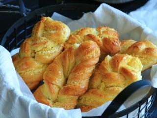 椰蓉面包,入烤箱180度,烤18分钟,颜色满意时盖锡纸