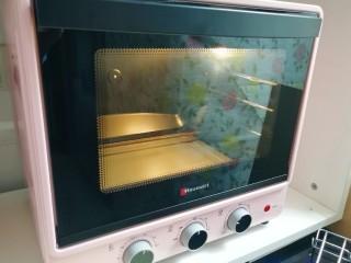 芝麻杯子蛋糕,烤箱上下管165度预热。