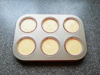 芝麻杯子蛋糕,挤入准备好的蛋糕糊,八分满即可。