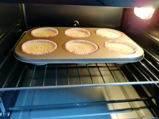 芝麻杯子蛋糕,送入预热好的烤箱。