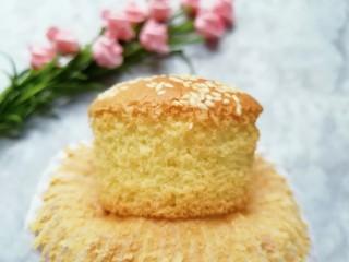 芝麻杯子蛋糕,撕开纸杯看看,蛋糕里面组织细腻,超级好吃哦!
