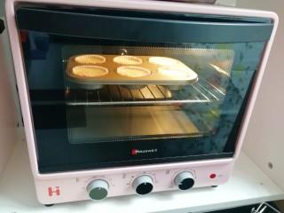 芝麻杯子蛋糕,上下管165度烤20分钟。