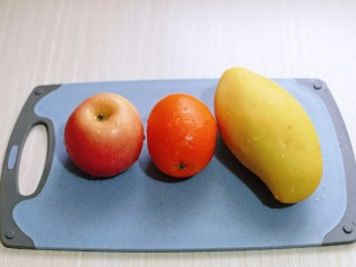 自制零添加水果干,首先将水果清洗干净,水果种类可以根据自己喜欢。