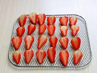 自制零添加水果干,草莓从中间切开,一个草莓切两半,也可以根据个人喜欢来切。