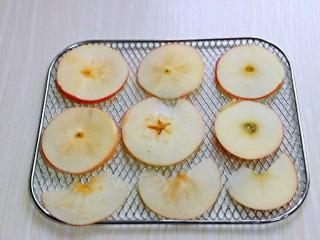 自制零添加水果干,苹果同样切片放网上。(可以用盐水浸泡5分钟避免氧化变色)