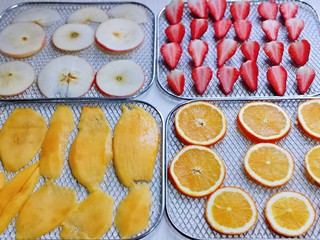 自制零添加水果干,四中水果全部切好摆放在烤网上。