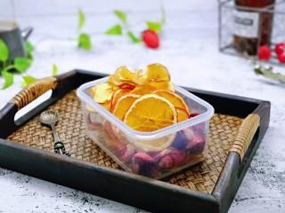 自制零添加水果干,装在密封盒里泡茶也很好哒。