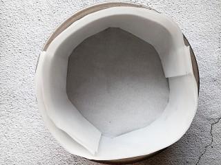 苹果千层蛋糕,取一个6寸的模具,铺上烘培油纸
