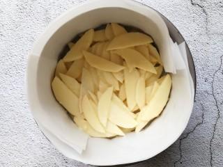苹果千层蛋糕,将沾满面糊的苹果,一层一层铺好