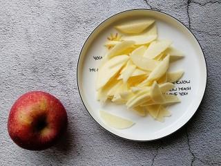 苹果千层蛋糕,(一定要先把面糊搅拌好,再处理苹果噢)苹果去皮切薄片