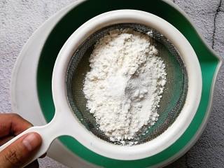 苹果千层蛋糕,筛入低筋面粉和泡打粉