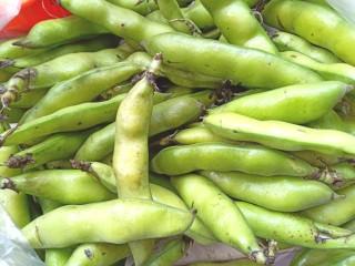 香肠炒蚕豆,买的是带外皮的蚕豆,要剥掉外皮。