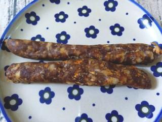 香肠炒蚕豆,取两根自制的香肠,切成小块