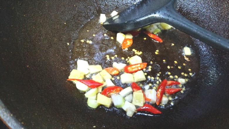 香肠炒蚕豆,爆香葱姜和米辣