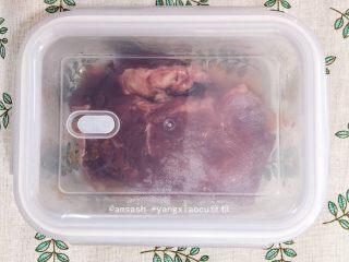 叉烧肉,盖上盖子放置于凉处静置2小时左右