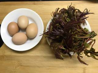 香椿炒蛋,准备好材料,香椿100克,鸡蛋4个。