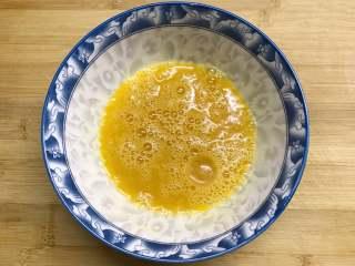 香椿炒蛋,四个鸡蛋打入碗中,加入适理料酒和少许盐,搅打均匀。