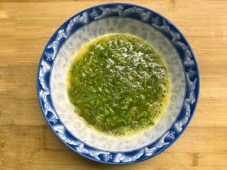 香椿炒蛋,切成小段的香椿放入蛋液中一起搅拌均匀。