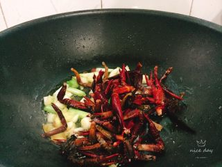 椒盐小龙虾(非油炸版),油温较高时倒入钳脚